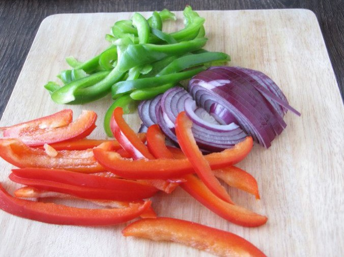 1. Stage. Chop onions and peppers. Take red and green peppers.