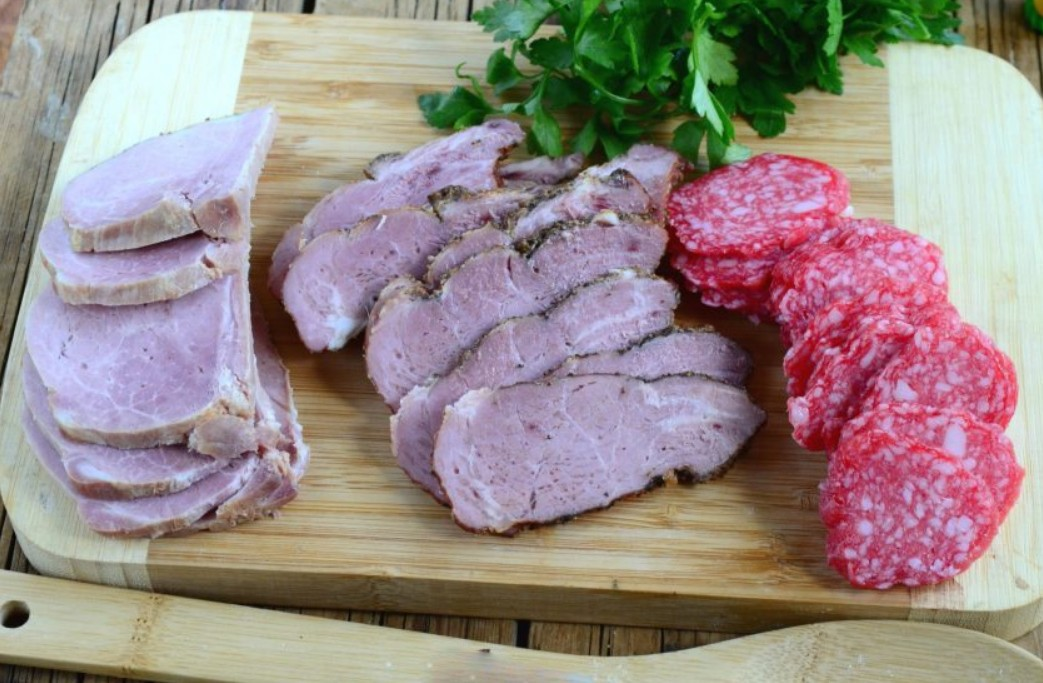 1. Stage. Thinly cut the meat delicacies.