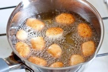 1. Stage. In a saucepan, heat the vegetable oil and put the <strong>donuts in</strong> portions so that they do not stick together.