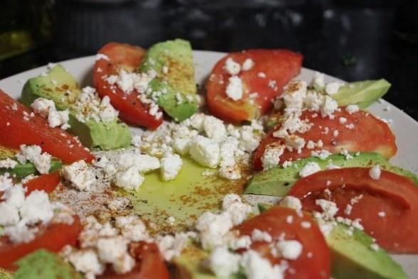 1. Этап. Фету покрошите руками и посыпьте по верху овощей. Оливковое масло смешайте с перцем, солью и паприкой, салат полейте заправкой и подавайте.