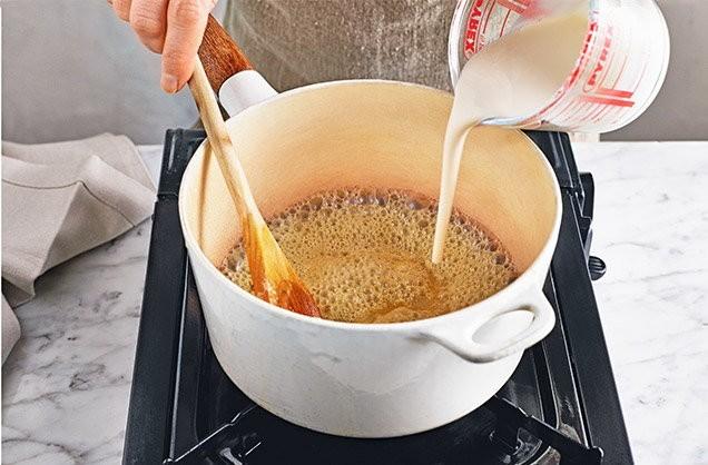 1. Этап. Сделайте соус: перелейте жидкость в кастрюлю и кипятите 3-4 минуты до уменьшения наполовину. Как только жидкость достигнет соответствующей интенсивности, убавьте огонь до минимума и размешайте.