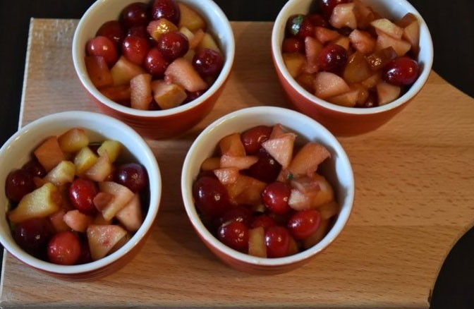 1. Stage. Dice apples, sprinkle with sugar and fry for 1 tbsp. l butter for 3 minutes, then add cranberries and cook another 2 minutes. Remove from heat and place the fruit in a baking dish.