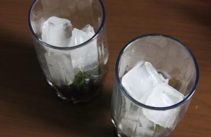 1. Этап. В каждый стакан в котором будем подавать коктейль влейте 3 ст. л. ягодного пюре с сахаром, добавьте мяту и по дольке лайма, добавьте лед.