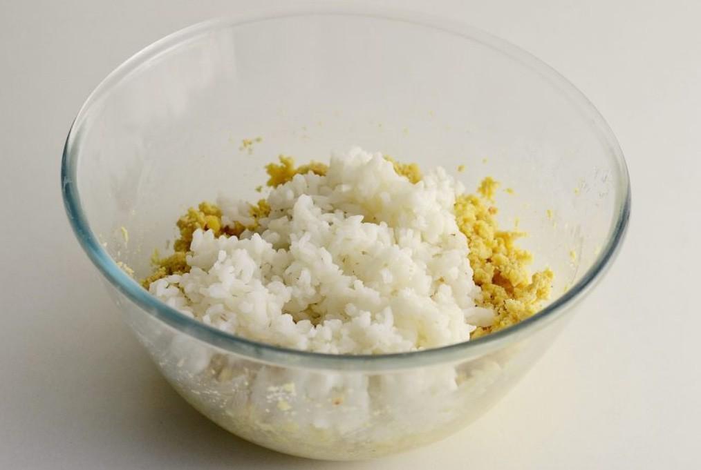 1. Этап. Добавьте к нуту отварной рис, соль, перец и муку. Хорошо перемешайте до однородности.