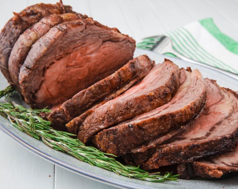 1. Этап. Для подачи на стол мясо разрежьте, чтобы удалить ребра. Нарежьте филе поперек волокон. Подавать с оставшейся половиной свежего розмарина.