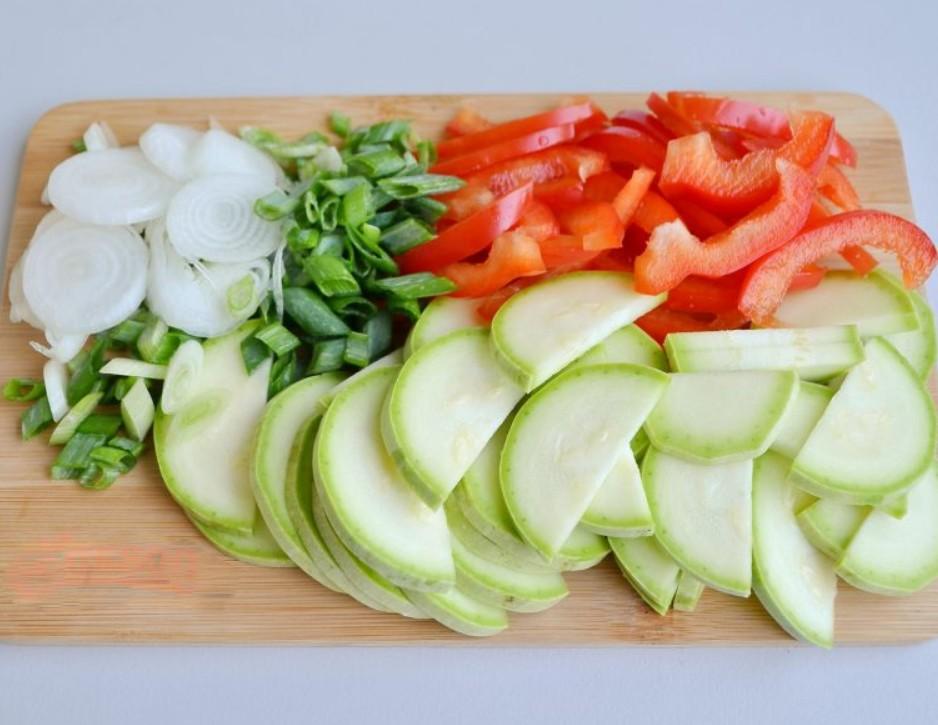 1. Этап. Все овощи тонко нарежьте.