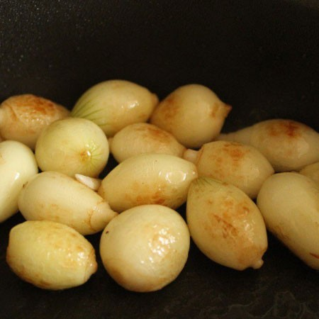 1. Stage. Peel the onions and fry until left over in butter, which remains.