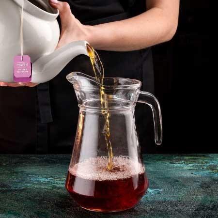 1. Этап. Чай охладите и влейте его к соку.