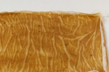 1. Этап. Поставьте пастилу в духовку при 130 градусах около 1-1,5 часа, при этом дверь духовки оставьте немного приоткрытой. Пастила после приготовления будет немного мягкой по этому дайте её остыть и немного подсохнуть.