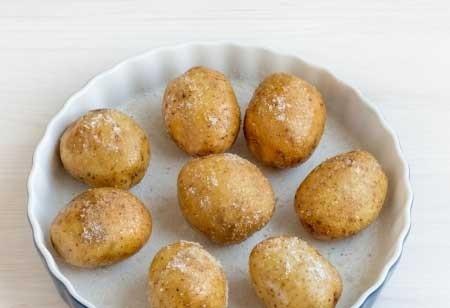 1. Этап. Форму для выпечки смажьте растительным масло и посыпьте тонким слоем соли, промытый картофель так же смажьте маслом и посыпьте соль. Выложите картофель в форму.