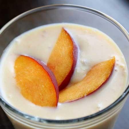 1. Этап. Перелейте в стакан, украсьте дольками персика и сразу же подавайте.