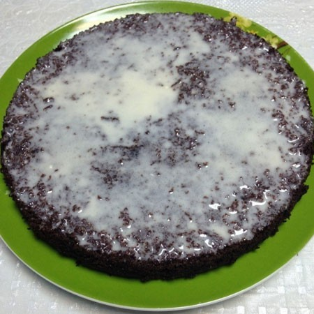 1. Stage. Spread the cakes with cream and refrigerate while preparing the icing.