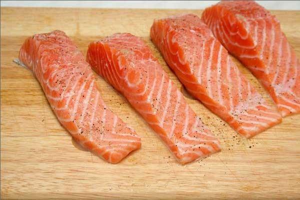 1. Этап. Влейте оливковое масло. Посолите и поперчите филе лосося и положите на разогретую сковороду шкуркой вверх. Перевернув, филе должно быть золотистым по бокам и слегка мутноватым середине. Не переворачивайте.