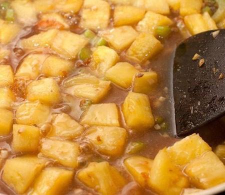 1. Этап. Крахмал разведите в 2 ч.л. воды и влейте в сковороду. Готовьте пока соус не станет густеть.