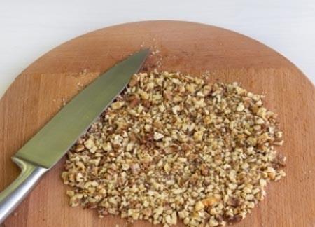 1. Этап. Орехи обжарьте на сухой сковороде в течении нескольких минут. Порубите их ножом.