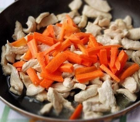1. Этап. Морковь нарежьте крупной соломкой и добавьте к мясу, обжарьте в течении 5 минут.
