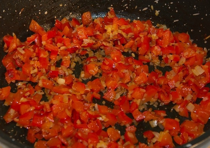1. Stage. Finely chop onion, pepper and garlic. Heat vegetable oil directly in a pan with a thick bottom, add pepper, garlic and onions, simmer for 5 minutes.