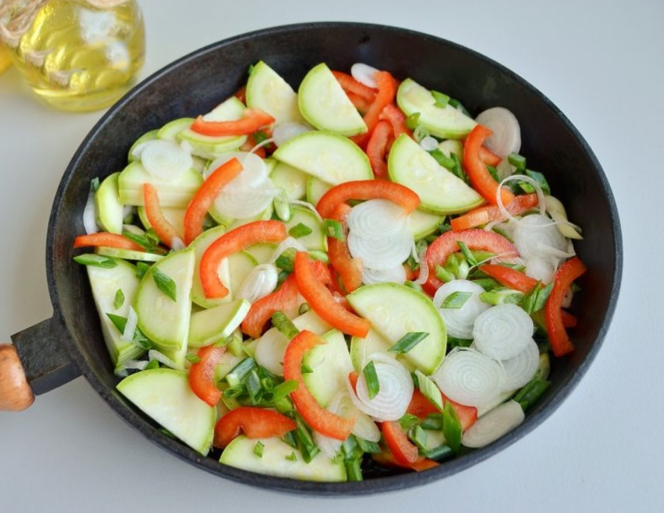 1. Этап. Все овощи обжарьте на растительном масле в течении 5 минут. Затем добавьте муку и жарьте еще минуту.