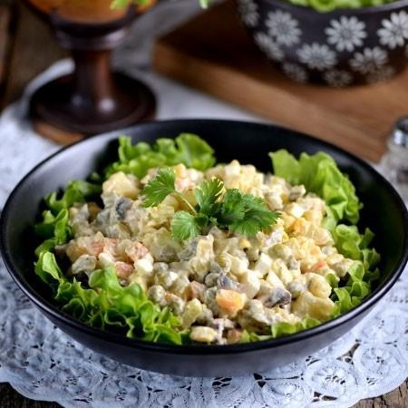 1. Этап. Заправьте салат оливье майонезом и перемешайте.