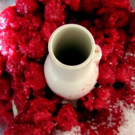 1. Этап. Малину нужно предварительно разморозить и перетереть с оставшимся сахаром с помощью блендера или через сыто.