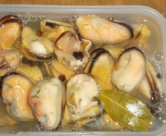1. Stage. Pour the mussels with marinade, add oil on top and set to marinate for 1 hour after which you can serve.