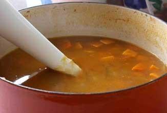 1. Этап. Перемешать чечевицу, имбирь, молотый черный перец, соль, тмин, перец чили, паприку и овощной бульон добавить все в кастрюлю. Доведите суп до кипения на сильном огне, затем уменьшить огонь до среднего, накрыть крышкой и кипятить пока чечевица и овощи не станут мягкими, около 30 минут.