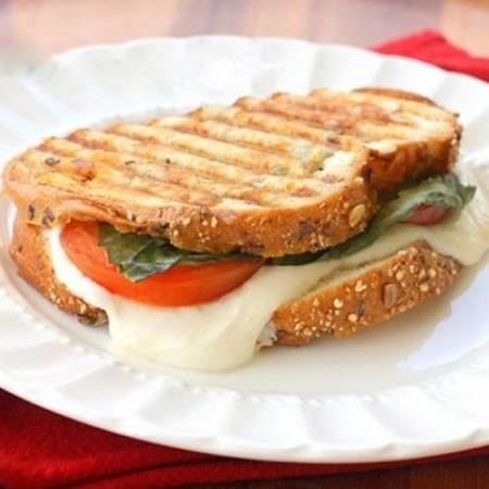 1. Этап. Обжарьте сэндвич с обеих сторон до золотистой корочки что бы сыр расплавился.
