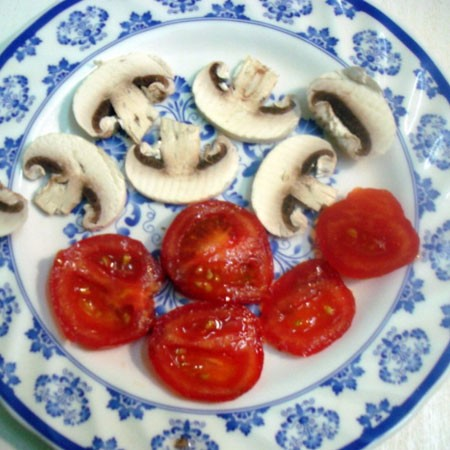 1. Stage. Cut mushrooms and tomato into slices.