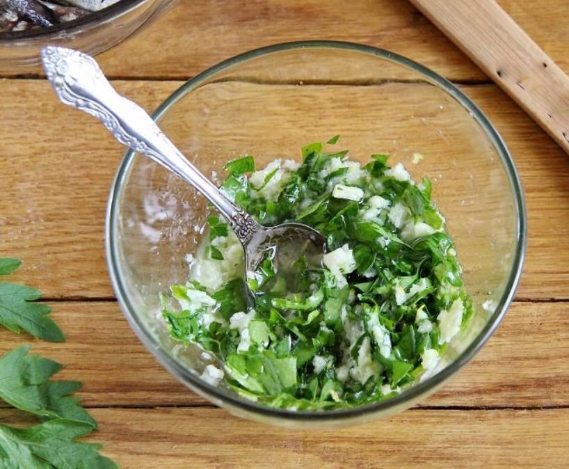 1. Этап. Чеснок пропустите через пресс и добавьте к нему масло, нарезанную зелень, сок и цедру лимона. Хорошо перемешайте.
