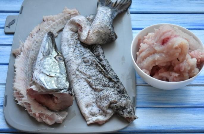 1. Етап. Голову відріжте, руками акуратно відокремте мясо від шкіри, у хвоста відрубайте хребет залишивши невеликий шматок кістки. Мясо відокремте від кісток.