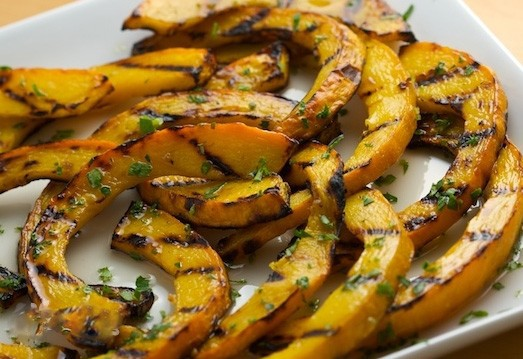 1. Stage. Mix vinegar with sugar, finely chopped herbs and the remaining marinade. Water the pumpkin and serve.