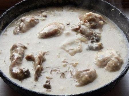 1. Этап. Муку смешайте с молоком, добавьте сметану, пропущенный через пресс чеснок, соль, сахар и хмели-сунели. Влейте все в сковороду, влейте воды что бы полностью покрыло мясо. Тушите на медленном огне под крышкой в течении 20 минут.