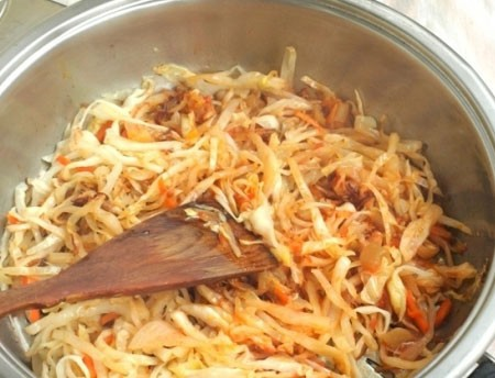 1. Stage. First you need to prepare the filling so that it cools down. Chop the cabbage, grate the carrots on a coarse grater, fry in vegetable oil until the vegetables are soft. Then add tomato paste, salt and pepper to taste, simmer for 10 minutes. Remove from heat and cool.