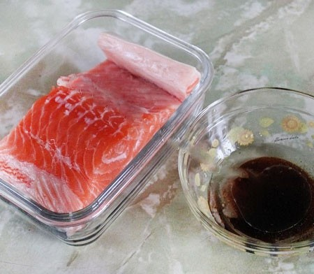 1. Stage. Wash the fish under running water, wipe with a paper towel, rub with salt and sugar on all sides, put in a container that tightly closes.