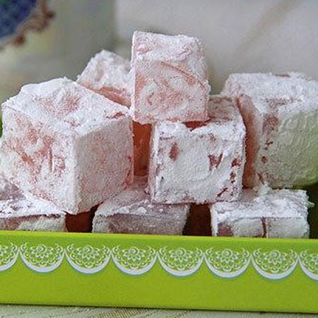 1. Этап. Выложите рахат-лукум на доску, нарежьте кубиками и обваляйте в сахарной пудре.