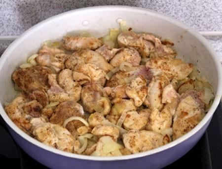 1. Этап. Лук нарежьте полукольцами и обжарьте до мягкости на растительном масле, затем добавьте курицу, готовьте до золотистой корочки.