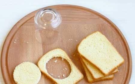 1. Этап. В 4 кусочках хлеба вырежьте по центре кружочки с помощью не слишком большого стакана.