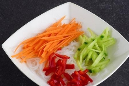 1. Этап. Овощи нарежьте соломкой и добавьте к лапше.