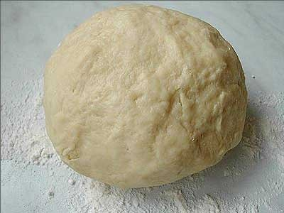 1. Stage. Mix flour, salt, pepper, nutmeg. Beat eggs, add alternately with milk to the dry ingredients. Mix until smooth.