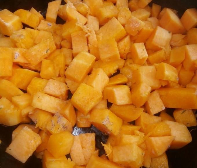 1. Этап. Тыкву очистите и нарежьте небольшими кубиками, обжарьте в течении 5 минут на сливочном масле.