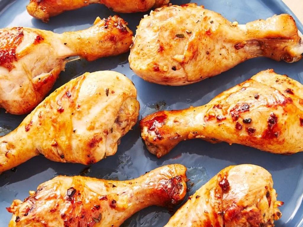 1. Этап. Разогрейте духовку до 220 С . Выложите курицу на большой противень и запекайте до золотистого цвета  примерно 40 минут.