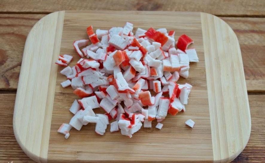 1. Етап. Крабові палички наріжте на невеликі шматочки.