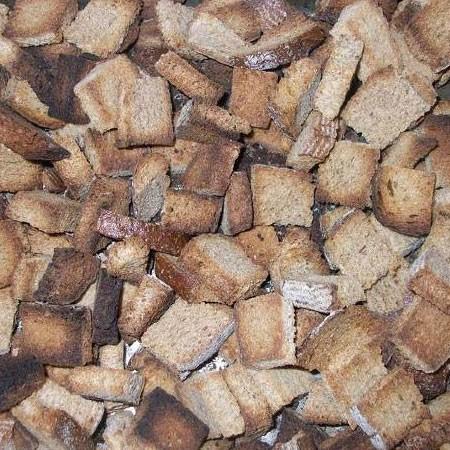 1. Этап. Хлеб нарежьте небольшими кусочками и подсушите в духовке чтобы края стали аж немного черными.