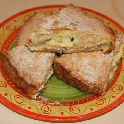 1. Stage. <strong>Charlotte with bananas</strong> is ready, cut into pieces and serve.