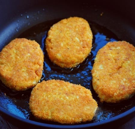 1. Stage. Wet cutlets with wet hands and roll in breadcrumbs. Fry the patties in a well-heated pan with vegetable oil on both sides until golden brown.
