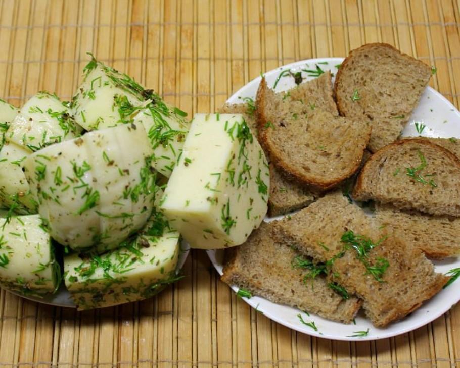 1. Этап. Кусочки сыра и хлеба обмакните в приготовленном масле.