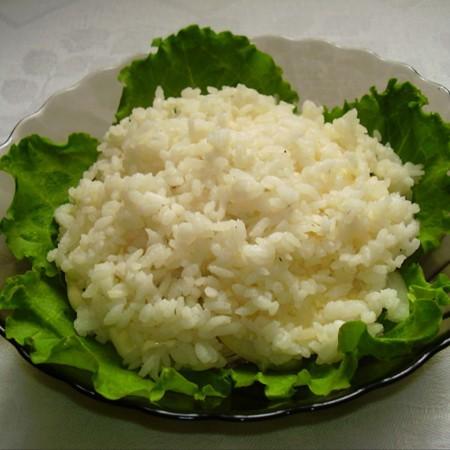 1. Этап. Сверху разложите отваренный рис. Хорошо смажьте майонезом.