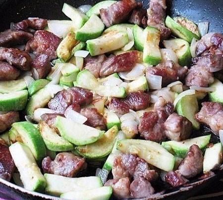 1. Этап. Затем добавьте к свинине кабачок и лук, обжарьте в течении 5 минут, после чего добавьте соевый соус, специи по вкусу и готовьте на сильном периодически помешивая несколько минут.