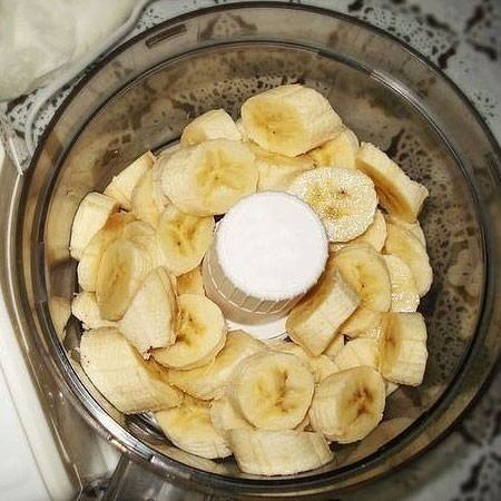 1. Stage. Bananas 3 pcs. to beat in mashed potatoes in a blender, then add cottage cheese and again a little beat.