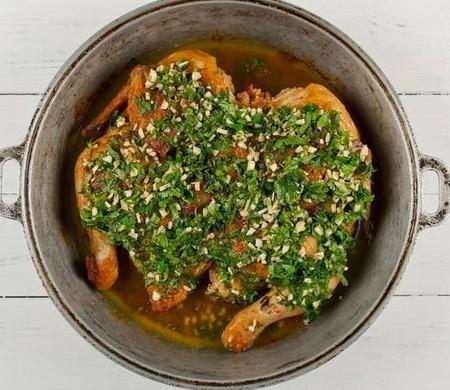1. Этап. Вылейте получившуюся подливу на курицу, накройте снова тарелкой и тушите еще 10 минут.